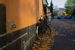 orange_wall_and_bike
